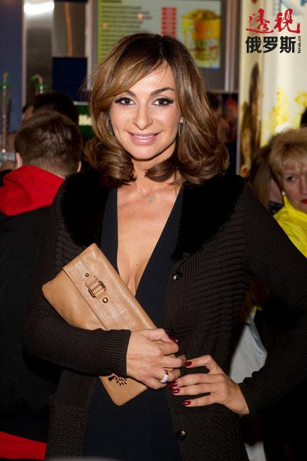"""叶卡捷琳娜从2012年起还担任俄罗斯独立电视台早间节目主持人。她还曾是俄罗斯国家电视台""""俄罗斯-1""""频道""""合唱大战""""节目主持人之一。"""
