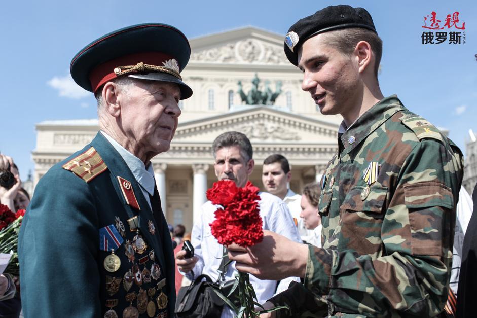 胜利日庆祝活动中老战士在莫斯科大剧院旁。 拍摄日期:2013年5月9日。
