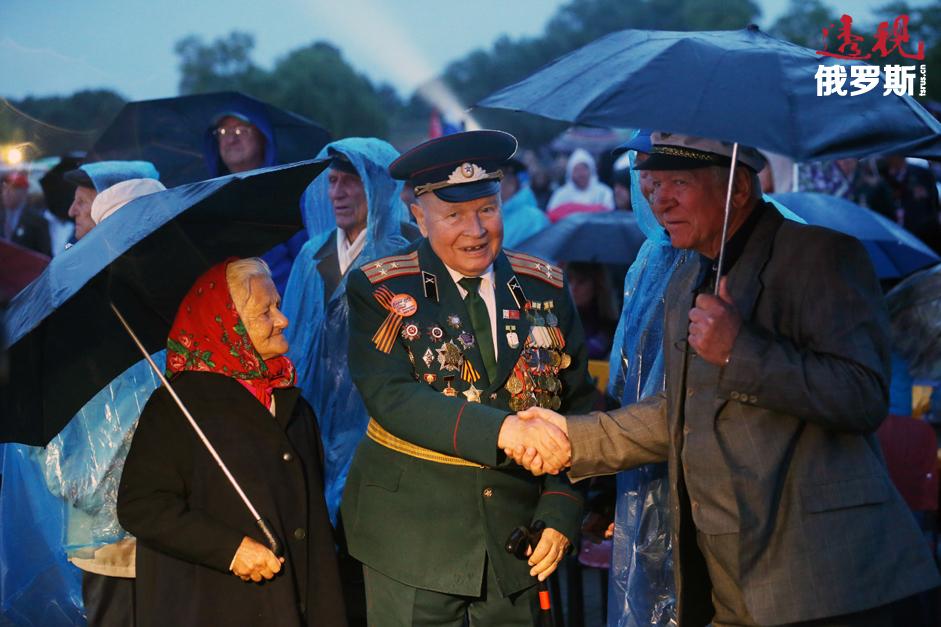 """""""布列斯特英雄要塞""""纪念建筑作者之一、老战士尼坎德•索科洛夫(Nikandr Sokolov)在隆重的献花仪式中。拍摄日期:2014年6月22日。"""