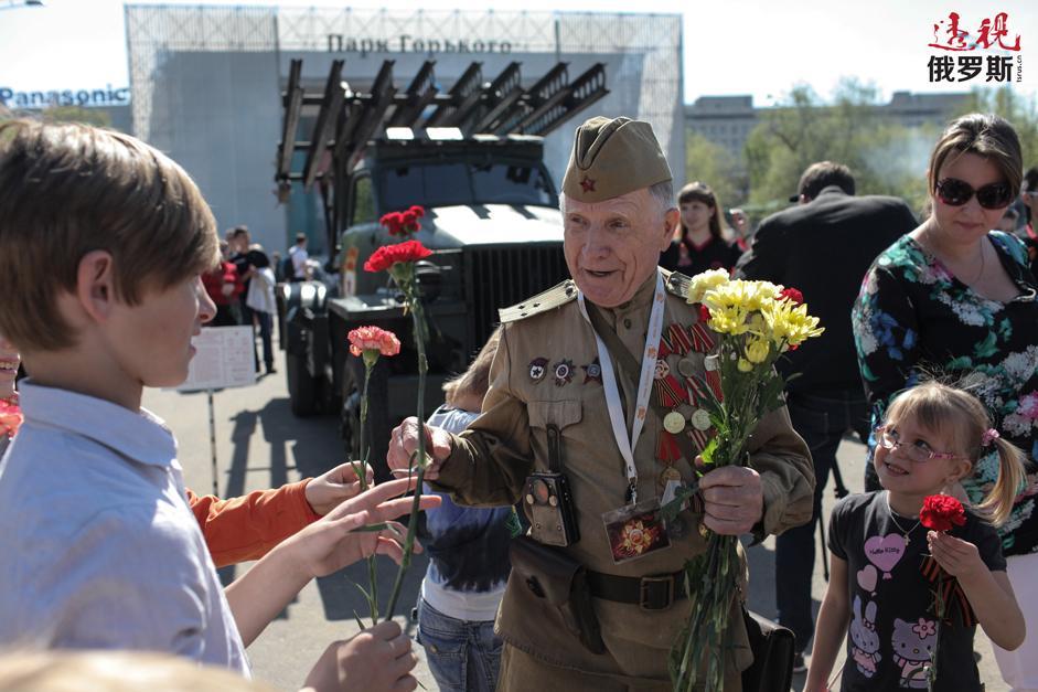 胜利日庆祝活动中老战士在莫斯科高尔基公园。拍摄日期:2013年5月9日。