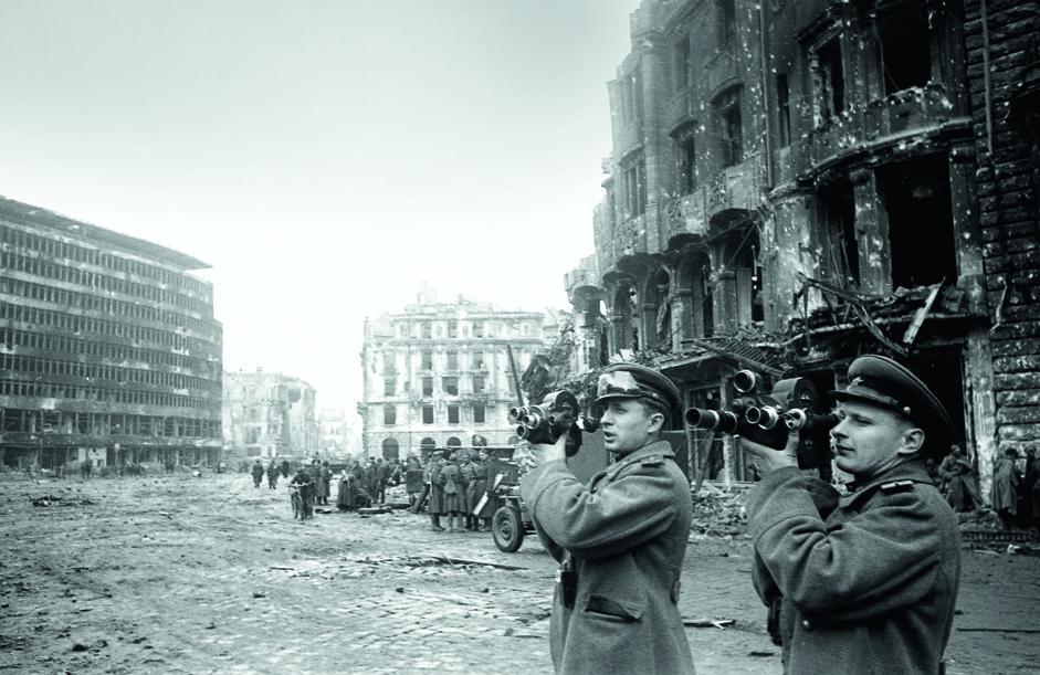 摄影师A.和E•阿列克谢耶夫(Alekseev)在波茨坦火车站附近拍摄。柏林,1945年。