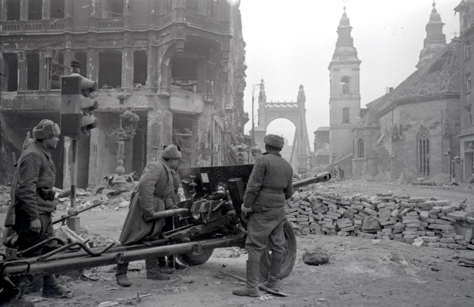 炮兵中士M•谢马金在布达佩斯的一条街道上射击。