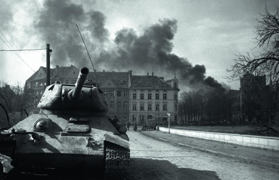 苏联坦克在柯尼斯堡街道上。东普鲁士,德国,1945年4月。