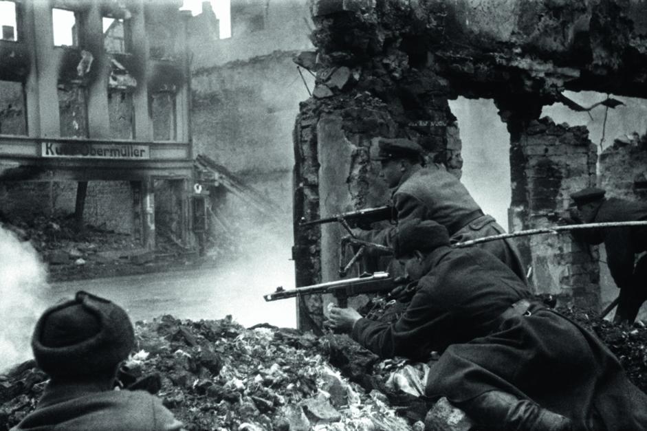 苏联士兵在柯尼斯堡郊外进行巷战。东普鲁士,德国,1945年4月。
