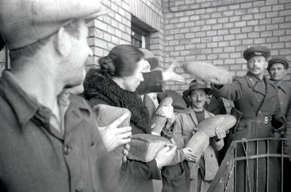 第二乌克兰前线军司令部军人为布达佩斯居民分发面包。匈牙利,布达佩斯,1945年。