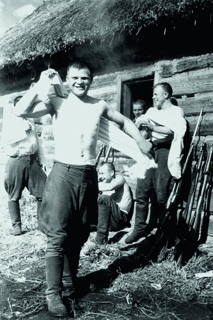 洗浴后的苏联士兵。1941年9月。