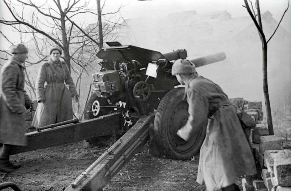 炮手班向城市街道上的敌人射击。匈牙利,布达佩斯,1945年。