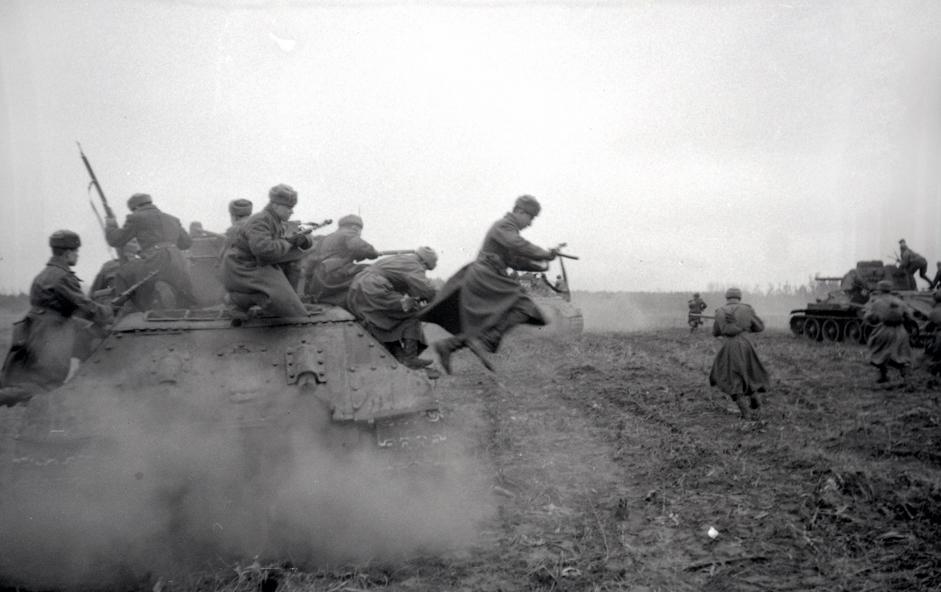 装配有登陆冲锋枪的苏联坦克在布达佩斯郊外作战。匈牙利,1944年12月19日。