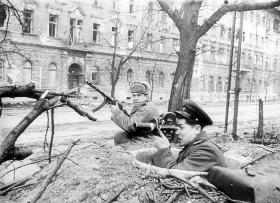 苏联摄影师拍摄布达佩斯巷战。匈牙利,1945年2月。