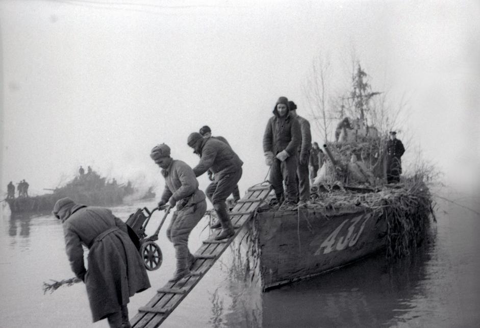 苏联海军陆战队在布达佩斯地区着陆。匈牙利,布达佩斯,1945年1月。