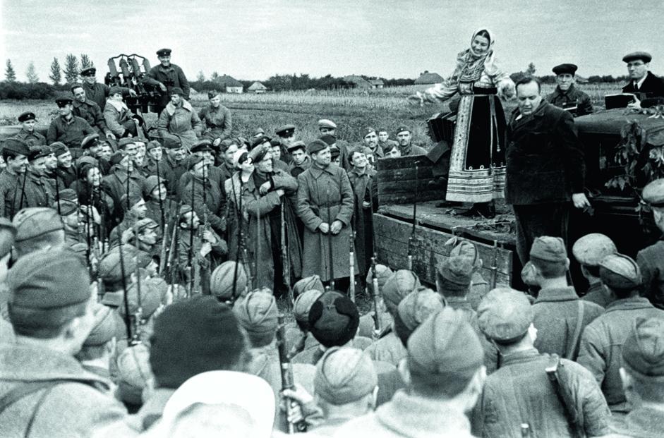 歌手莉迪亚•鲁斯兰诺娃(Lidia Ruslanova)为苏军士兵表演。1941年。