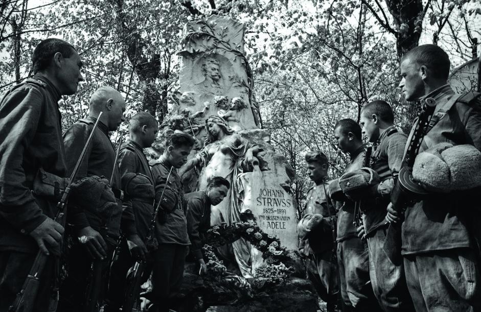 苏联士兵在中央公墓作曲家约翰•施特劳斯墓地旁。维也纳,奥地利,1945年4月。