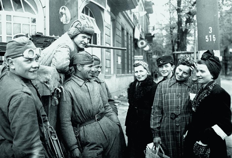 红军战士与柏林居民交谈。德国,1945年。