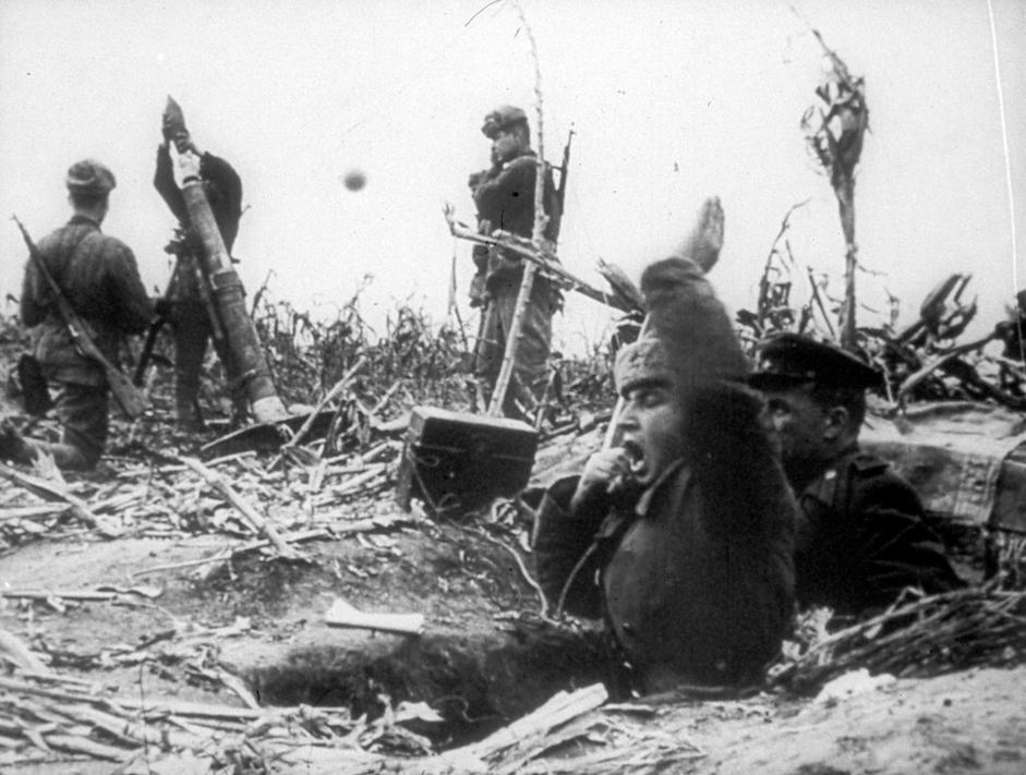 炮兵连迫击炮向巴顿湖区域德军工事开火。匈牙利,1945年3月。