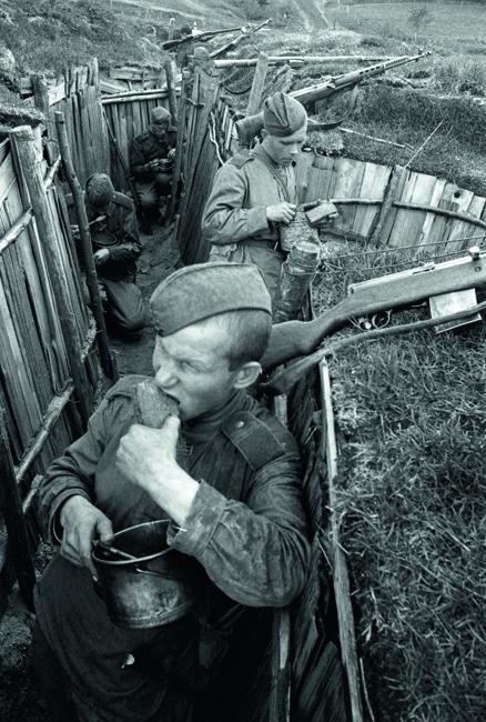上士I.瓦西金午餐时在加里宁方面军前线;第一幅图是中士Т.奥希波夫。俄罗斯,加里宁前线,1943年。