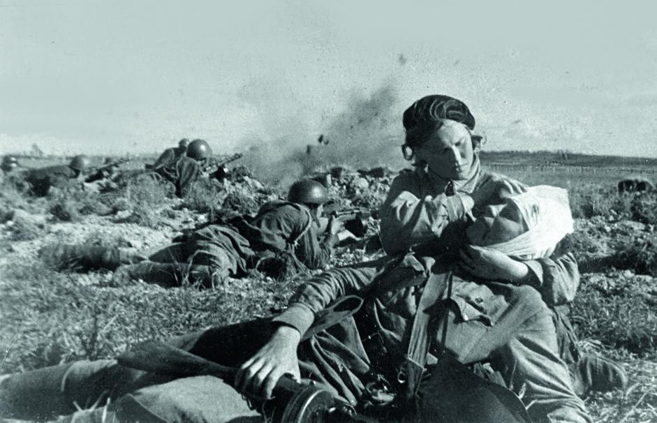卫生指导员妮娜•库尔加诺娃(Nina Kurganova)为在战斗中受伤的士兵提供急救。列宁格勒前线 1942年6月。