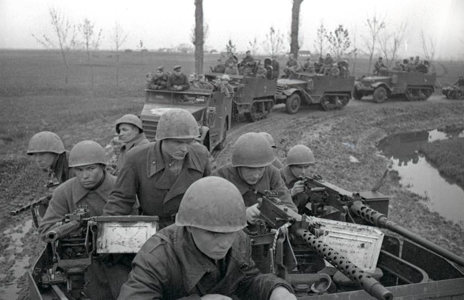 苏联机械化步兵向布达佩斯方向行进。匈牙利,1944年。