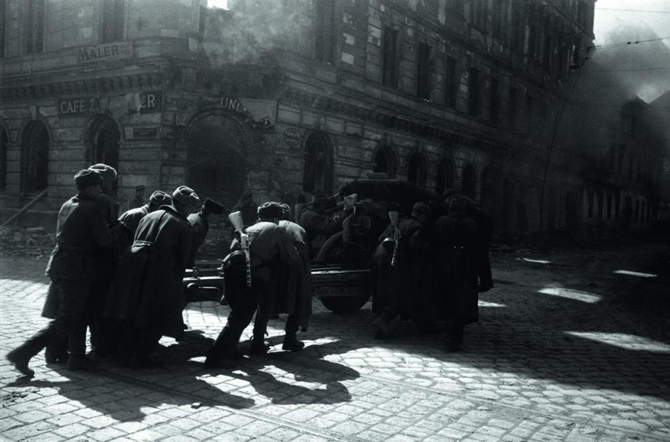 巷战中炮兵在帕夫柳琴科中尉指挥下调整射击位置。维也纳,奥地利,1945年4月。