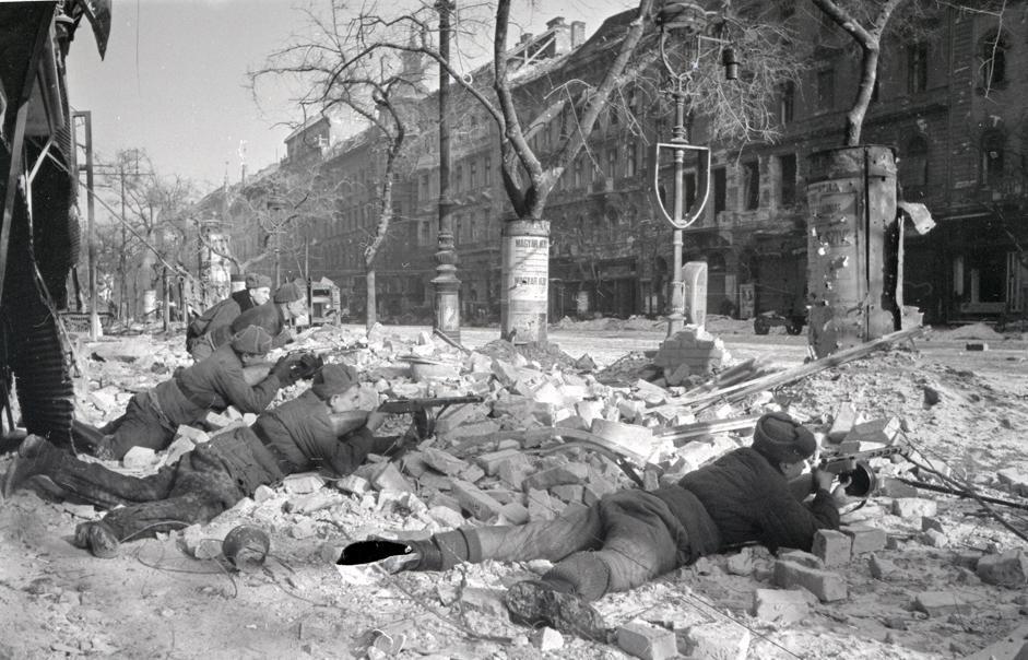 苏联机枪手在布达佩斯一条街道上作战。匈牙利,布达佩斯,1945年。