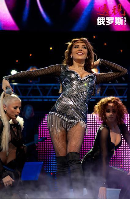 """2012年阿丽娜·阿尔茨开了名为""""以舞为生""""的首个个人演唱会。同年前往拉斯维加斯对Billboard Music Awards音乐颁奖典礼进行现场报道。"""