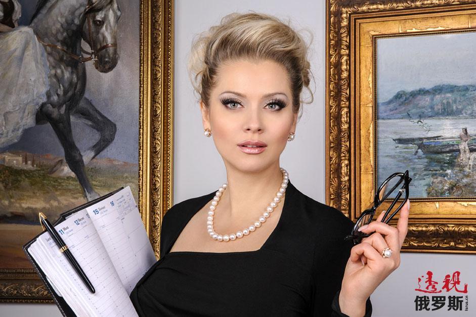 列娜·列宁娜是一位职场女强人,身兼模特、演员、交际活动组织者和俄最大美甲连锁店所有人。