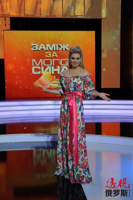让列娜·列宁娜出名的还有电视节目,她曾长期主持电视节目秀《50个金发女郎》。2011年成为乌克兰电视脱口秀《谁想嫁给我的儿子》的主持人。