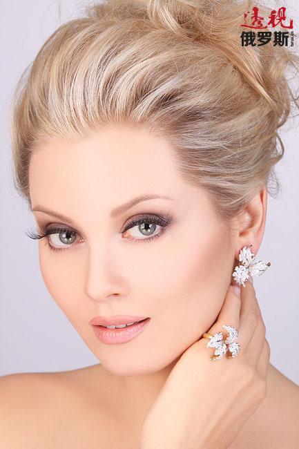 """列娜还积极从事模特事业。2009年成为""""Estet""""首饰代言人,2011年为""""Vashe zoloto(金首饰)""""公司代言,2012年为""""皮草世界""""公司代言。"""