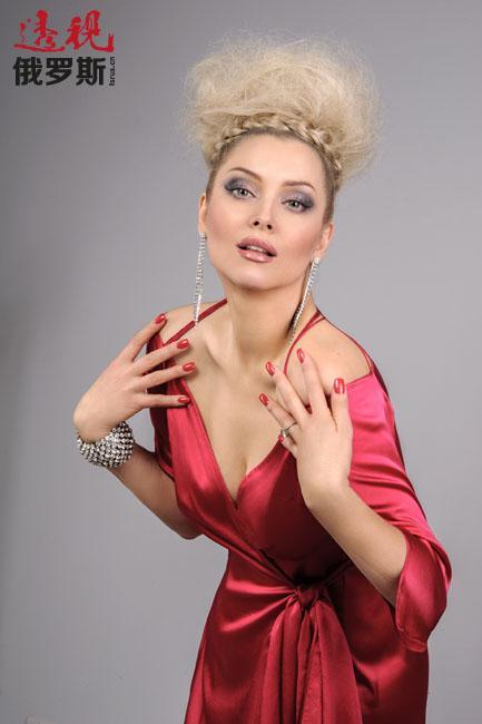 列宁娜从2003年起成为加纳电影节的常客,以古怪的服装和发型著称。