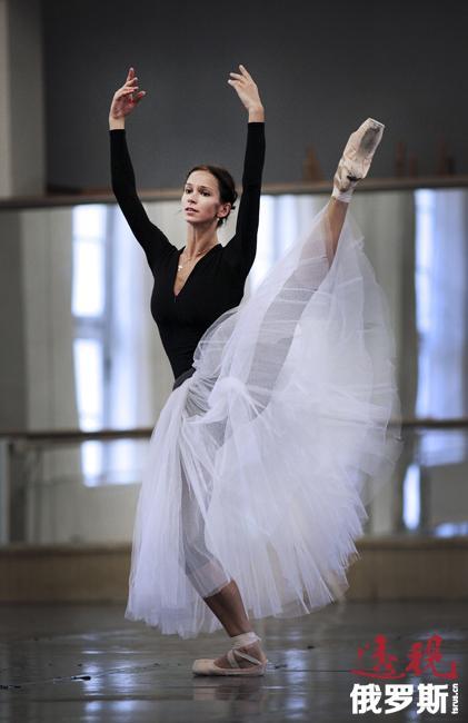 波丽娜·谢米奥诺娃2012年起在柏林国家芭蕾舞学校任教,2013年成为教授。