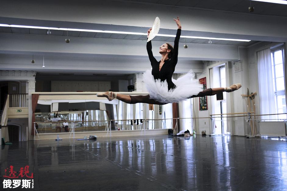 作为特邀女芭蕾舞演员参加过世界上许多剧院的演出,其中包括米兰斯卡拉剧院、俄罗斯大剧院和马林斯基剧院。