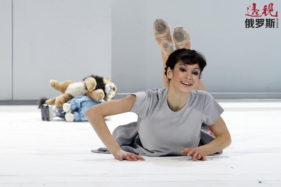 波丽娜从小在中央陆军俱乐部练花样滑冰,之后考入国立莫斯科芭蕾舞学院。