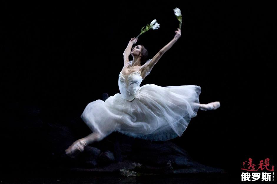 波丽娜放弃了莫斯科大剧院的前途前往柏林并成了那里的首席芭蕾舞演员。