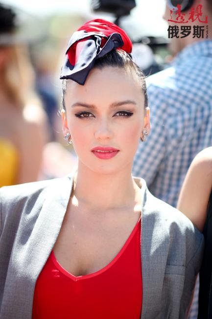她大学学的是语言学专业,精通英语和德语。