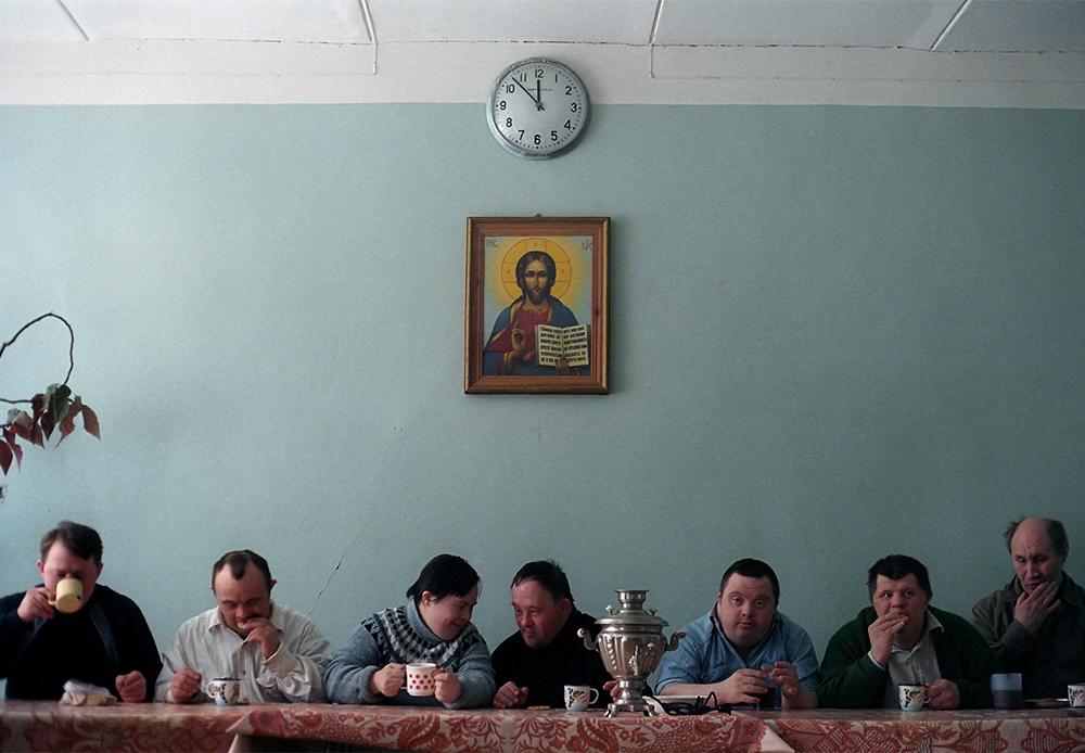 Cette photo, Troupe d'amateurs du Théâtre Naïf buvant du thé. Pensionnat psycho-neurologique №7, Saint-Pétersbourg, 2003,  a remporté le World Press Photo 2004 dans la catégorie Arts et Divertissement.