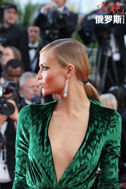 2006-2009年娜塔莎曾经常出现在欧洲各大时装发布会上,参加Chanel、Yves Saint Laurent、Alexander McQueen、Versace等著名品牌产品的展示。
