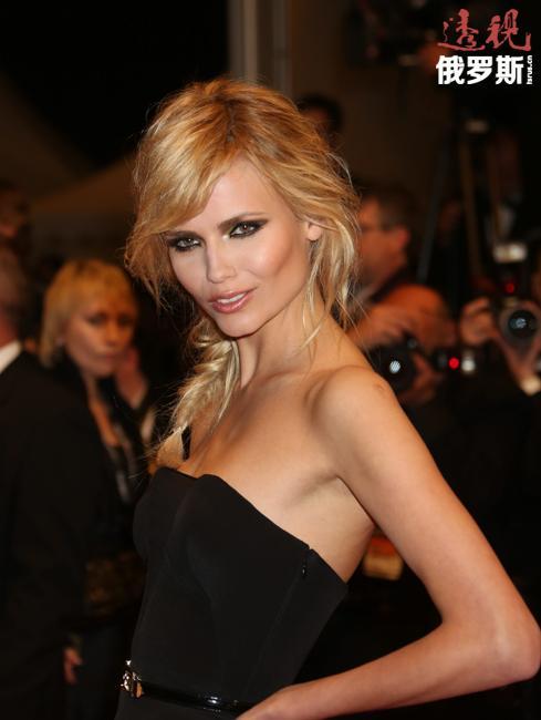 法国时尚杂志《Vogue》将其列入2000年代30名最佳模特。
