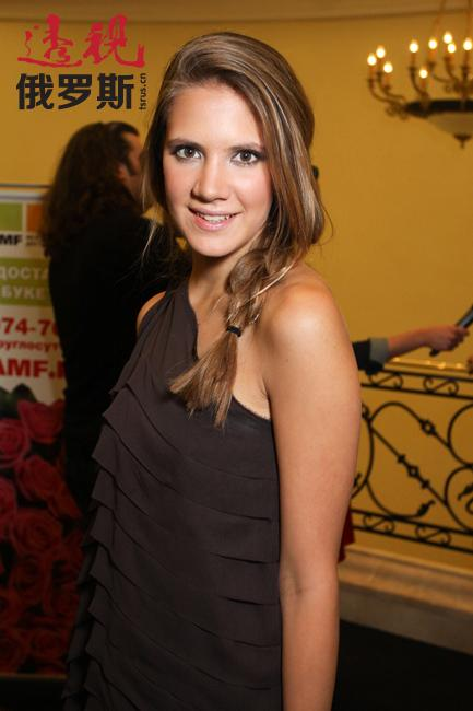 基拉·普拉斯季宁娜是俄罗斯商人谢尔盖·普拉斯季宁的女儿,俄罗斯时装设计师。