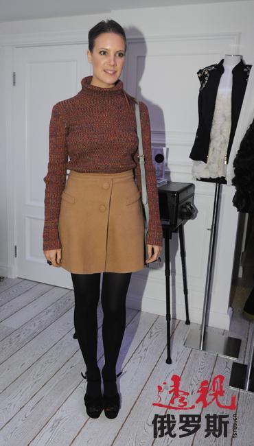 """基拉自己说,她只缝制自己愿意穿的服装,因此其衣柜中99%是自己品牌的服装。基拉说:""""我的品牌服装全都鲜艳、独特。是为快乐和有品位的姑娘设计的。"""""""