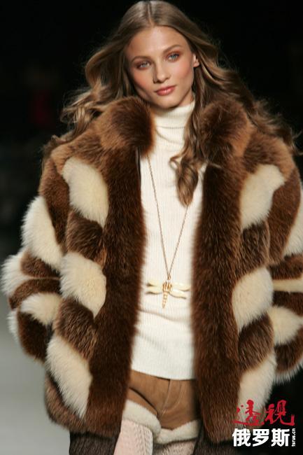 一次Calvin Klein Jeans的某个以安娜为主演的广告因镜头过于暴露遭到禁播。