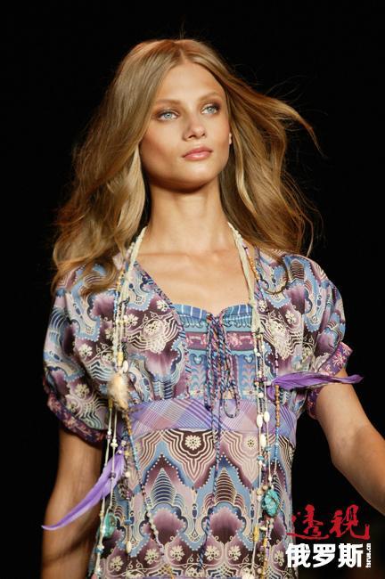 2009年安娜进入《Vogue》法国版世界最受追捧的30位模特榜单。