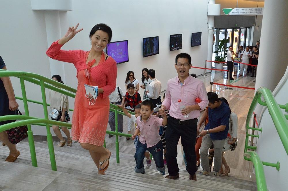 """联欢节在上海的举办地点选定为儿童剧院-""""大鲸鱼剧院""""。这是世界上最大的儿童创作中心,每年的观众超过七万。FEELRUSSIA联欢节的客人中不仅有成年人,还有不少儿童。"""