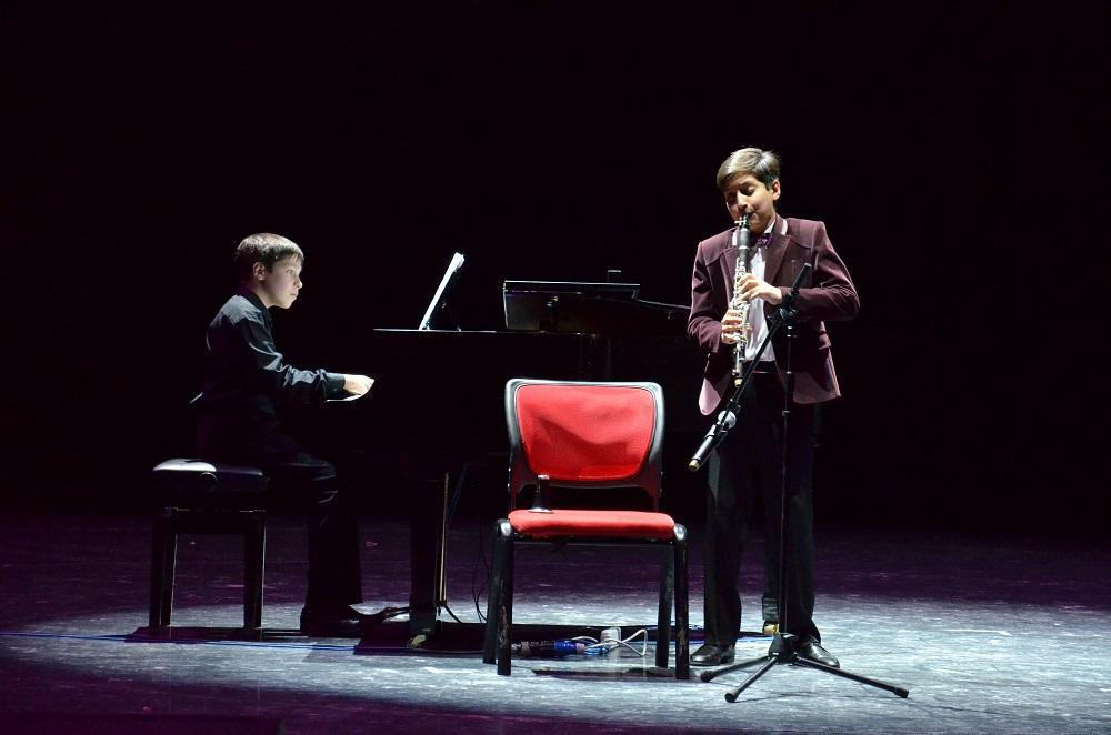 """""""天才儿童""""也参加 了音乐会。他们是十三岁的亚历山大  多罗宁和十二岁的埃里克  米尔佐杨、世界各个权威比赛的年轻受奖生和优胜者。年轻的音乐家们以自己高水平演技使观众惊叹。"""