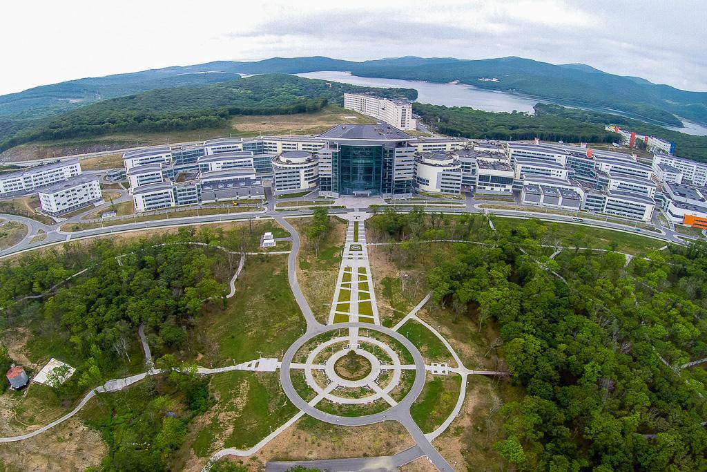 俄罗斯岛上的远东联邦大学校园。
