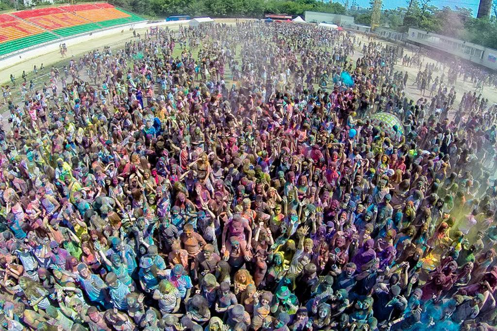 逾5,000名参与者聚集在先锋(Avangard)体育场参加侯丽节(印度色彩节)。(2014年8月8日)。