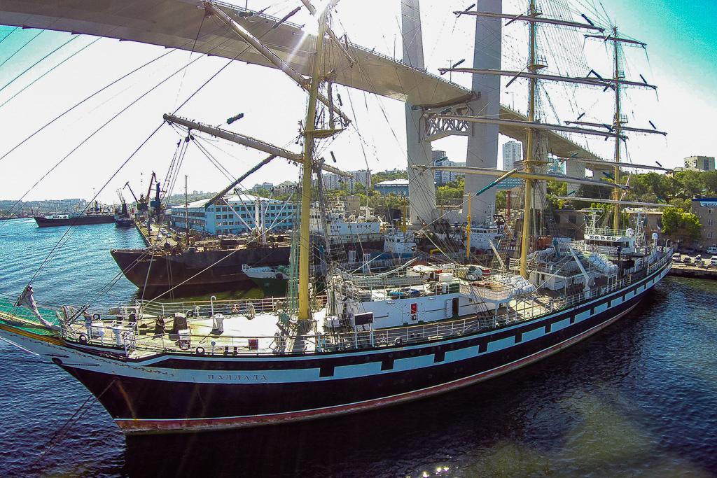 """金角湾上的""""Pallada""""帆船。(2014年9月18日)。"""