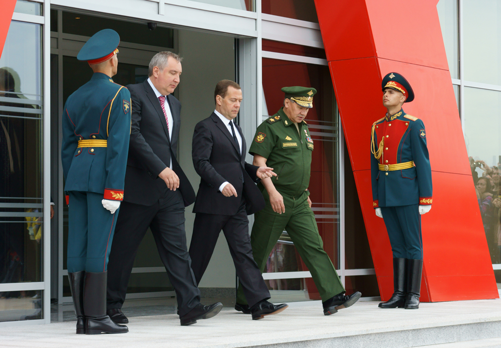"""""""陆军-2015""""论坛在俄罗斯媒体上引起的巨大反响,令同时期举行的法国巴黎航展黯然失色。俄罗斯人从未在同一个地方见到这么多的现代化军事装备。/俄罗斯联邦总理德米特里·梅德韦杰夫和国防部长谢尔盖·绍伊古。"""