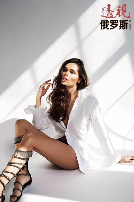 波丽娜在当上模特的第一年就接拍了20多家大公司的广告。