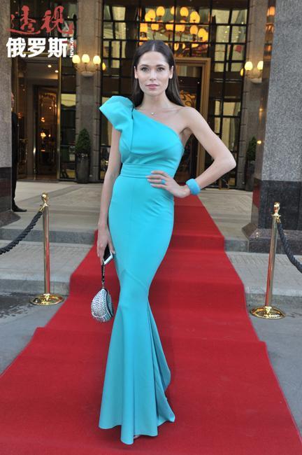 """波丽娜19岁时参加全俄选美比赛,获得""""最具魅力小姐""""奖。"""
