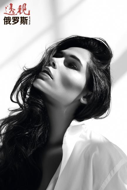 此后她在巴黎居住了三年,出任著名时装屋Roberto Cavalli和Dior的代言模特。