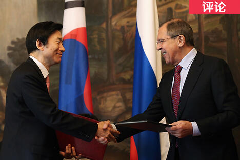 South Korea's Foreign Minister Yun Byung-se (L) and his Russian counterpart Sergei Lavrov CN